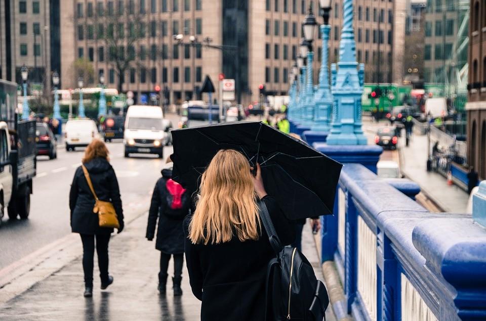 """מזג האוויר בחו""""ל להכניס מטרייה לתיק"""